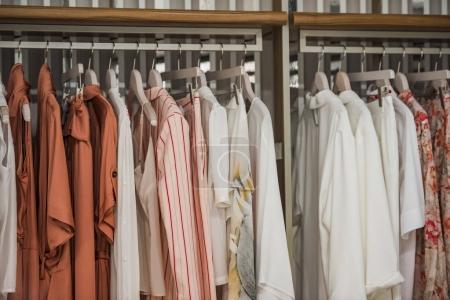 Photo pour Vêtements sur cintres dans un magasin à Paris. - image libre de droit