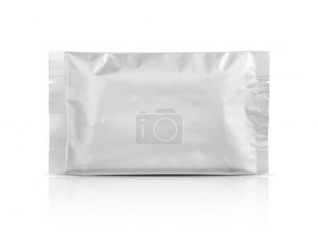 Photo pour Papier d'aluminium d'emballage vide poche isolé sur fond blanc avec un tracé de détourage - image libre de droit