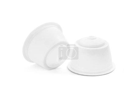 Photo pour Capsule de café vide emballage blanc isolé sur fond blanc avec un tracé de détourage - image libre de droit