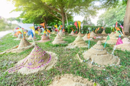 Photo pour Pagode de sable que le peuple thaï a construit par la foi en Thaïlande Songkran Festival - image libre de droit