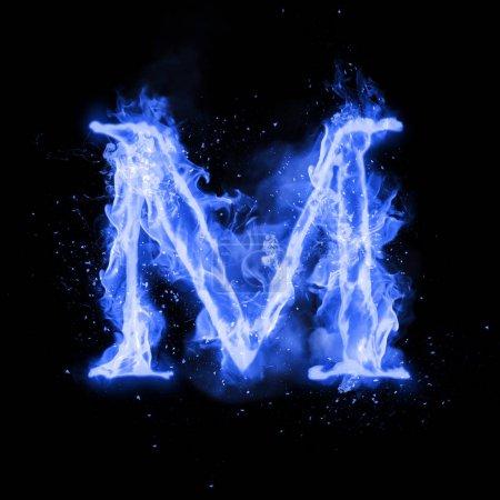Photo pour Lettre M de combustion flamme bleue se déclenche. Flaming texte alphabet burn polices ou feu de joie avec de la fumée qui grésille et feu ou flamboyant brillant effet de la chaleur. Lueur de feu froid incandescente sur fond noir - image libre de droit