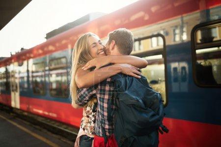Photo pour Beau couple caresses après une longue séparation trainway station - image libre de droit