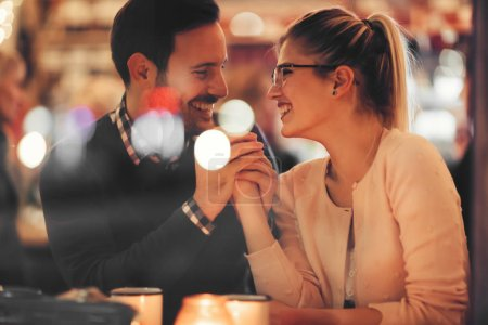 Photo pour Couple romantique sortir ensemble la nuit au pub - image libre de droit