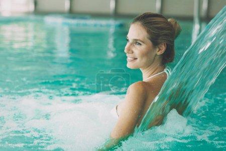 Photo pour Belle femme en resort spa piscine - image libre de droit