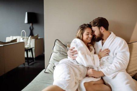 Photo pour Couple en peignoirs profitant week-end bien-être - image libre de droit