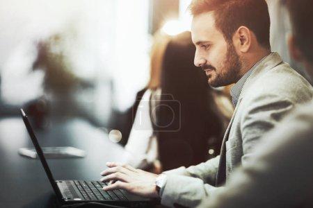 Photo pour Programmeur de travail et développement de logiciels au bureau d'ordinateur portable - image libre de droit