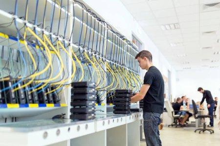 Photo pour Banc d'essai matériel réseau - image libre de droit