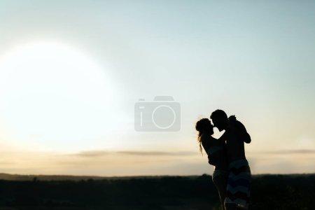 Photo pour Couple dansant au coucher du soleil à la station estivale - image libre de droit