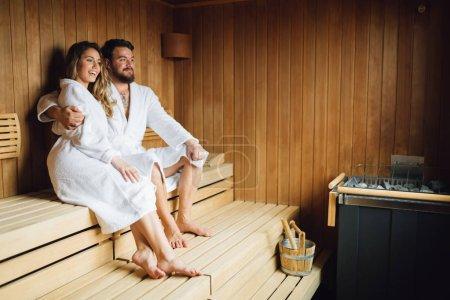 Photo pour Bonne santé beau couple se détendre dans le sauna au cours de week-end bien-être - image libre de droit