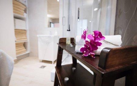 Photo pour Salle de massage dans une station thermale moderne offrant des soins - image libre de droit
