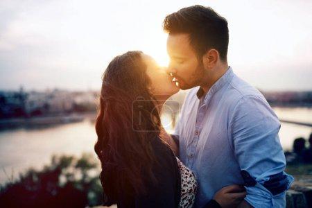 Photo pour Couple romantique baiser pendant le coucher du soleil - image libre de droit