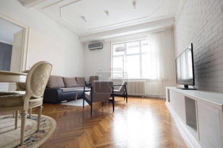 Photo pour Lumineux salon spacieux avec chaises table tv à l'intérieur - image libre de droit