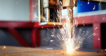Photo pour Haute précision CNC coupe de gaz tôle dans l'usine de l'industrie métallique - image libre de droit