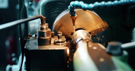 Frezarka CNC w fabryce przemysłu metalurgicznego