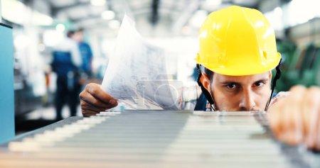 Photo pour Superviseur effectuant le contrôle de la qualité et le contrôle de pruduction dans une usine métallique - image libre de droit