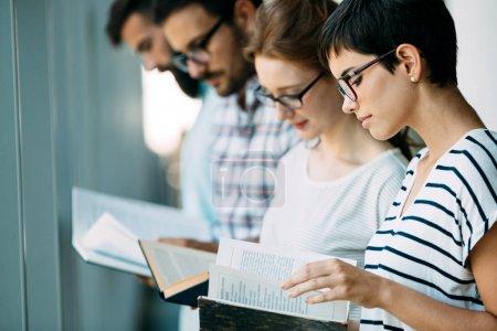 Photo pour Groupe de jeunes étudiants qui étudient ensemble au collège - image libre de droit