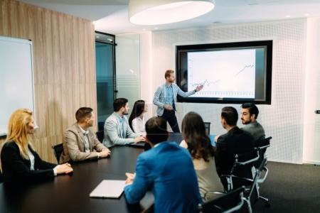 Photo pour Image de réunion d'affaires dans la salle de conférence moderne - image libre de droit