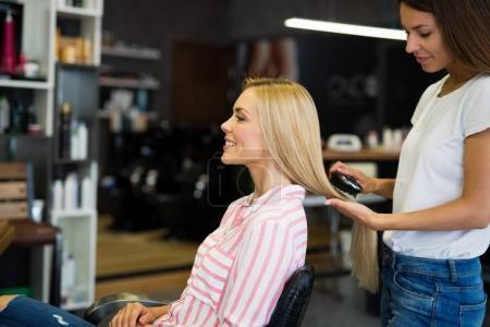 Photo pour Portrait d'une femme heureuse au salon de coiffure - image libre de droit
