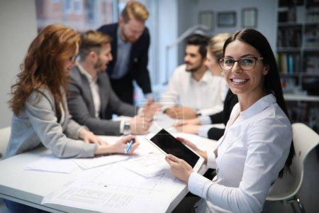 Foto de Compañeros alegres en la oficina durante la reunión de la empresa - Imagen libre de derechos