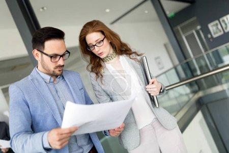 Photo pour Collègues de travail en équipe entreprise travaillant dans les bureaux modernes - image libre de droit
