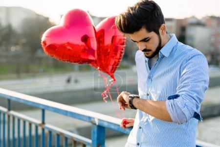 Photo pour Triste malheureux en attente de copine sur la date de la Saint-Valentin - image libre de droit