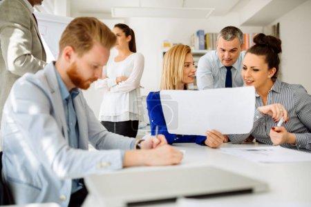 Photo pour Entreprise rencontre et de réflexion dans le bureau moderne - image libre de droit