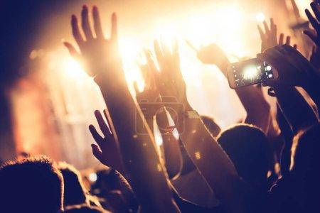 Photo pour Acclamations de la foule avec les mains dans l'air, jouissant au festival de musique - image libre de droit