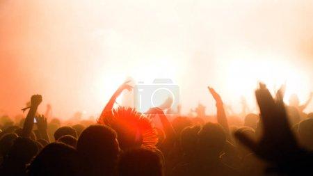 Photo pour Photo de fêtards sur le festival de musique de danse - image libre de droit