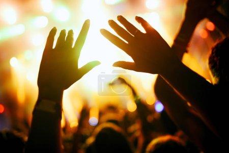 Photo pour Portrait de joyeux foule dansante bénéficiant au festival de musique - image libre de droit