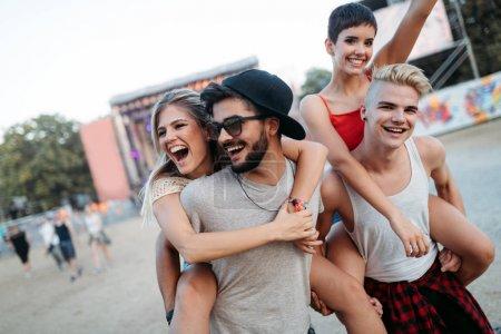 Photo pour De jeunes amis heureux s'amusent au festival de musique - image libre de droit