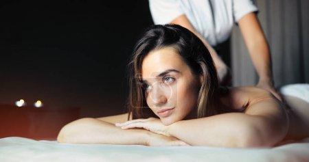 Photo pour Belle jeune femme jouissant massage en salon spa - image libre de droit