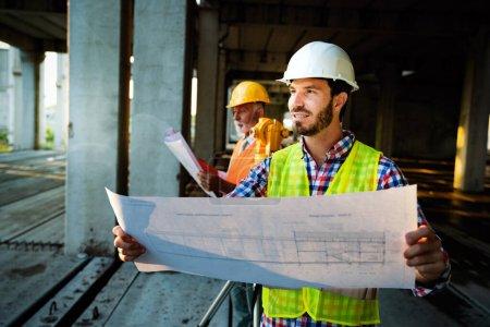 Photo pour Image de l'ingénieur du chantier, architecte regardant le plan - image libre de droit