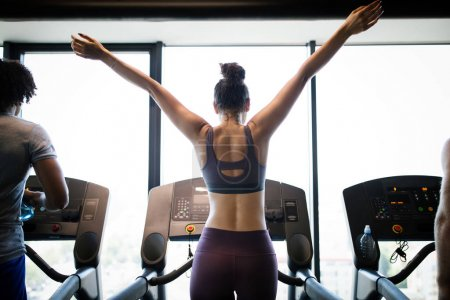 Photo pour Belle forme femme saine entraînement en salle de gym - image libre de droit