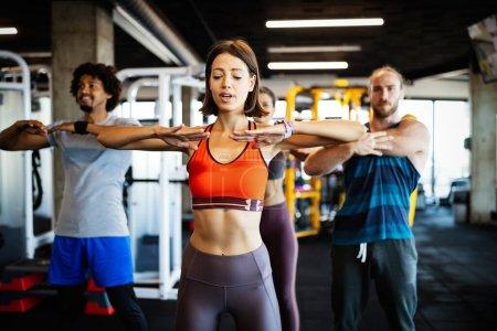 Photo pour Fitness, sport, entraînement et mode de vie concept. Groupe de personnes en forme faisant de l'exercice au gymnase - image libre de droit