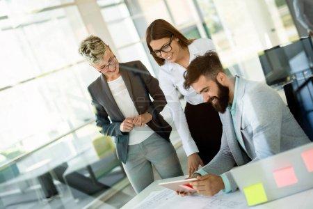 Unternehmer und Geschäftsleute-Konferenz im modernen Konferenzraum