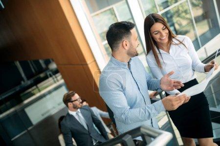 Photo pour Homme d'affaires présentant ses suggestions à ses collègues. L'équipe d'affaires de démarrage sur la réunion dans le bureau lumineux moderne. - image libre de droit