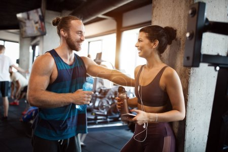 Foto de Capacidades felices ejercitando, entrenando en el gimnasio para mantenerse sano juntos. - Imagen libre de derechos