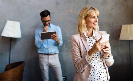 Photo pour Entreprise prospère avec des employés heureux dans un bureau moderne - image libre de droit