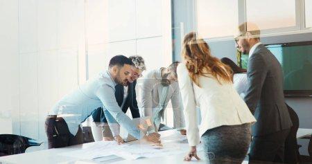 Photo pour Des gens d'affaires qui travaillent et se rencontrent dans un bureau d'affaires moderne - image libre de droit