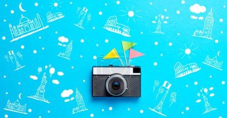 Photo pour Vieil appareil photo rétro, illustration de points de repère du monde sur fond bleu - image libre de droit
