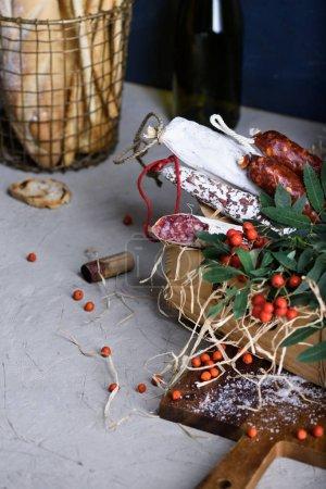 Photo pour Salami avec pain frais et vin. Différentes sortes de salami et de saucisses fumées. Ingrédients antipasti . - image libre de droit