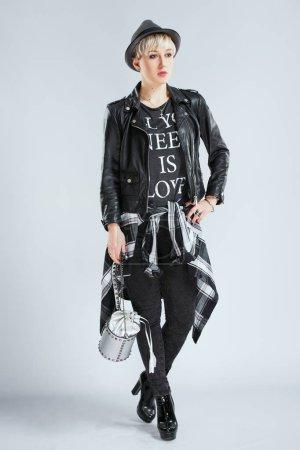 Foto de Estilista en traje de moda, todo el cuerpo. Persona en la esfera de la moda en ropa casual negro, moda mujer rubia. Ir de compras, en el interior - Imagen libre de derechos