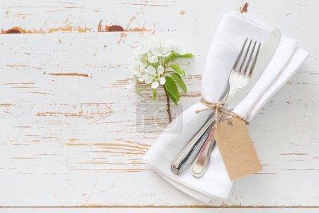 Foto de Resorte de ajuste de mesa con flores blancas, espacio de copia - Imagen libre de derechos
