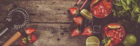 Photo pour Mojito aux fraises et ingrédients sur fond rustique, espace de copie - image libre de droit