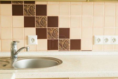 Photo pour Table de cuisine avec comptoir de la cuisine à fond le flou - image libre de droit