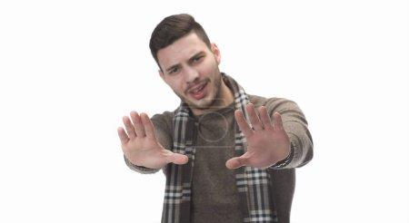 Photo pour Jeune bel homme montrant le geste d'arrêt posant devant un appareil photo sur fond blanc - image libre de droit