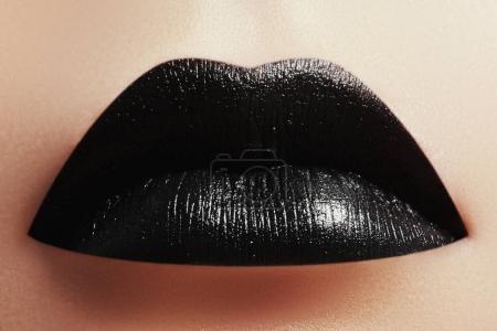 Photo pour Maquillage d'Halloween. Expression rock style lèvre se composent comme un vampire, sombre romantique. Look mode, lèvres noires. Maquillage de vacances. Rouge à lèvres noir et brillant à lèvres - image libre de droit