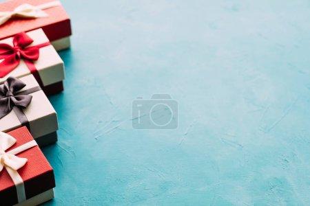 Photo pour Cadeaux de famille. Coffrets cadeaux sur fond bleu. C'est l'heure des fêtes. Salutations saisonnières. Concept d'espace de copie - image libre de droit