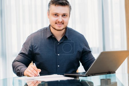 Foto de Ejecutivo de la empresa, analista de negocios o gerente corporativo que trabaja en el cargo. revisión de documentos, concepto de papeleo - Imagen libre de derechos