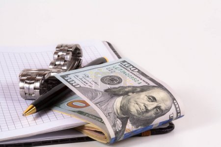 Photo pour Montre classique avec un dollar, modèle sur billet en dollar, concept et idée de la valeur du temps et de l'argent, affaires immobilières et concepts de finance. rétro, vert avec les mains à 12 heures ou après-midi - image libre de droit